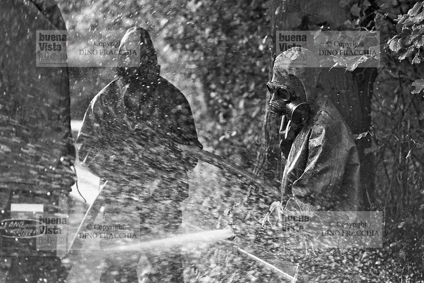 - NATO exercises in the Netherlands, soldiers of the Dutch army training to NBC decontamination (October 1983)....- esercitazioni NATO in Olanda, soldati dell' dell'esercito olandese si addestrano alla decontaminazione NBC (ottobre 1983)