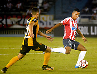 BARRANQUIILLA - COLOMBIA, 15-02-2018: James Sanchez (Der) del Atlético Junior de Colombia disputa el balón con Rodrigo Bogarin (Izq) jugador de Guaraní de Paraguay durante partido de ida por la tercera fase, llave 4, de la Copa CONMEBOL Libertadores 2018  jugado en el estadio Metropolitano Roberto Meléndez de la ciudad de Barranquilla. / James Sanchez (R) player of Atlético Junior of Colombia struggles the ball with Rodrigo Bogarin (L) player of Guarani of Paraguay during first leg match for the third phase, key 4, of the Copa CONMEBOL Libertadores 2018 played at Metropolitano Roberto Melendez stadium in Barranquilla city.  Photo: VizzorImage/ Alfonso Cervantes / Cont