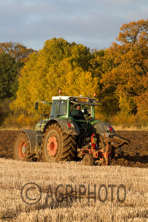Fendt tractor ploughing wheat stubble in wet conditions.Picture Tim Scrivener date taken 20th November 2012.mobile 07850 303986 e-mail tim@agriphoto.com.....covering agriculture in the Uk....