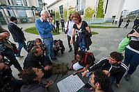 Pressekonferenz von Fluechtlingen die u.a. seit ueber 10 Tagen auf dem Oranienplatz in Berlin Kreuzberg einen Hungerstreik durchfuehren zusammen mit Fluechtlingen aus der, besetzten Schule in Berlin-Kreuzberg und einer Dauermahnwache vor dem Sitz der Europaeischen Kommision am Brandenburger Tor.<br /> Die Fluechtlinge erklaerten der Presse den Stand des Hungerstreiks und warben fuer einen Fluechtlingsprotestmarsch von Strassbourg nach Bruessel im Juni.<br /> Anschliessend zogen sie mit einer Demonstration zum Kanzleramt um dort mit der Beauftragten der Bundesregierung fuer Migration, Fluechtlinge und Integration im Bundeskanzleramt, Aydan Oezoguz , um einer Termin zu bekommen.<br /> Sie stellten in Aussicht, das dabei Hungerstreik beendet werden koennte. Da die Ministerin nicht im Haus war, schrieben die Fluechtlinge einen Brief an sie, der u.a. auch vom MdB Christian Stroebele (B90/Gruene) mit unterzeichnet wurde (stehend links im Bild). <br /> 23.4.2014, Berlin<br /> Copyright: Christian-Ditsch.de<br /> [Inhaltsveraendernde Manipulation des Fotos nur nach ausdruecklicher Genehmigung des Fotografen. Vereinbarungen ueber Abtretung von Persoenlichkeitsrechten/Model Release der abgebildeten Person/Personen liegen nicht vor. NO MODEL RELEASE! Don't publish without copyright Christian-Ditsch.de, Veroeffentlichung nur mit Fotografennennung, sowie gegen Honorar, MwSt. und Beleg. Konto:, I N G - D i B a, IBAN DE58500105175400192269, BIC INGDDEFFXXX, Kontakt: post@christian-ditsch.de<br /> Urhebervermerk wird gemaess Paragraph 13 UHG verlangt.]