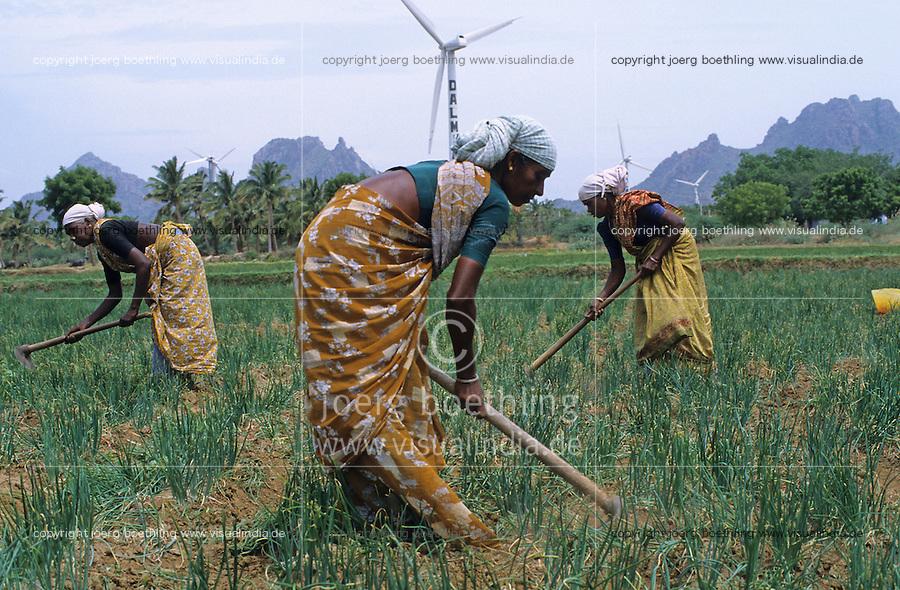 INDIA, Tamil Nadu, Kanyakumari, Cape Comorin, Muppandal, windfarm with wind turbine, women weed in onion field / INDIEN Kanniyakumari, Kap Komorin, Windpark mit Windkraftanlagen, Frauen hacken Zwiebelfeld