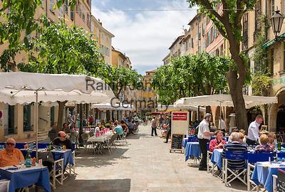 France, Provence-Alpes-Côte d'Azur, Grasse: old town with cafés and restaurants at Place aux Aires   Frankreich, Provence-Alpes-Côte d'Azur, Grasse: Altstadt mit Cafés und Restaurants am Place aux Aires
