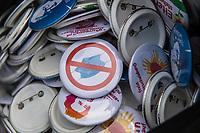 """Mit Plueschtieren als Symbol fuer eine angebliche """"pysiche und psychische Schaedigung unsere Kinder durch die Corona-Maßnahmen"""" protestierten Corona-Leugner und Impfgegner unter dem Motto """"Haende weg von unseren Kinder"""" am Montag den 19. Oktober 2020 in Berlin. Dabei wurden Schilder mit der Aufschrift """"Ihr seid Verbrecher, Finger weg von unseren Kindern"""", """"Nur die Coronaregeln machen unsere Kinder krank"""" und """"Maske ist Folter"""" gehalten. Manche der Kuscheltiere hatten eine Maske mit dem Spruch """"I can't breath"""" der antirassistischen Blick Lives Matter-Bewegung um.<br /> Im Bild: Anstecker gegen das tragen von Masken und anderen Motiven gegen die Coronamassnahmen.<br /> 19.10.2020, Berlin<br /> Copyright: Christian-Ditsch.de"""