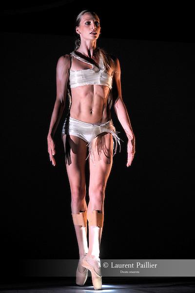 """VALENTINA<br /> Valentina Pace dans """"Métamorphoses 2007""""<br /> Ballet National de Marseille sur la scène du Jardin de l'Evéché, Uzès le 13/06/2009"""
