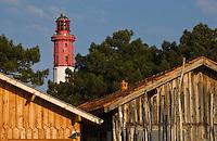 Europe/France/Aquitaine/Gironde/Bassin d'Arcachon/Cap Ferret: Cabanons d'ostréiculteur du Village des Pécheurs et le phare