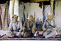 Irak 1985 Dans les zones libérées, région de Lolan, Dr. Said Barzani et des peshmergas reçus dans une maison  Iraq 1985  In liberated areas, Lolan district, Dr. Said Barzani and his peshmergas in a private house