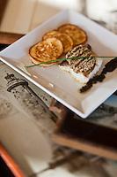 Europe/France/Poitou-Charentes/17/Charente-Maritime/Ile de Ré/Saint-Clément-des-Baleines: Pavé de cabillaud rôti, croûte de salicorne, blinis de pomme de terre de l'Ile recette  d'Hervé Dalet  du restaurant du Café du Phare