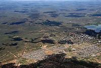 Aussenlandefeld: AFRIKA, SUEDAFRIKA, 17.12.2007: Suedafrika,  Gariep, Bethulie, Flugplatz, Piste, Aussenlandefeld,  fliegen, Karoo, Wueste, Landebahn, Landung, Anflug, Sicherheit,  Aufwind-Luftbilder