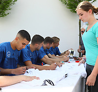 Aymen Barkok (Eintracht Frankfurt, Deutschland U20)  signiert ein Nationaltrikot - 29.05.2018: Presseveranstaltung und Autogrammstunde der Deutschen U20 Nationalmannschaft im Rahmen der WM-Vorbereitung der A-Nationalmannschaft in der Sportzone Rungg in Eppan/Südtirol