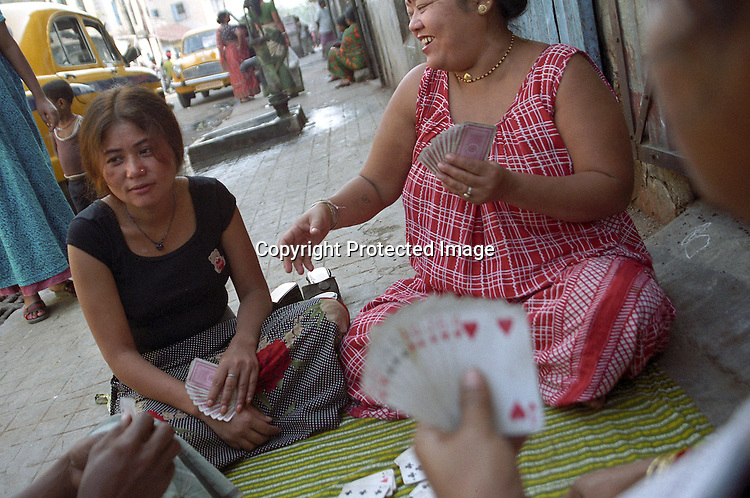 INDIA (West Bengal - Calcutta) -Sex workers playing cards on the pavement.. - Arindam Mukherjee