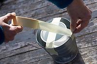 Eislicht, Eislichter, Eis-Licht, Eis-Lichter, Windlicht aus Eis, Kerze brennt innerhalb einer Eisschale, die mit eingefrorenen, im Eis eingeschlossenen Naturmaterialien dekoriert ist, Deko, Eis und Schnee, Bastelei, Bastelanleitung, Steps, Schritt 1: ein kleineres Gefäß wird in ein größeres gestellt und oben mit Klebeband fixiert