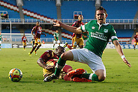 CALI - COLOMBIA -10-04-2014: Rafael Borre (Der.) jugador de Deportivo Cali disputan el balón con Breiner Bonilla (Izq.) jugador de Deportes Tolima durante  partido Deportivo Cali y Deportes Tolima por la fecha 16 de la Liga Postobon I 2014 en el estadio Pascual Guerrero de la ciudad de Cali. / Rafael Borre (R) player of Deportivo Cali fights for the ball with Breiner Bonilla (L) player of Deportes Tolima during a match between Deportivo Cali and Deportes Tolima for the date 16th of the Liga Postobon I 2014 at the Pascual Guerrero stadium in Cali city. Photo: VizzorImage / Juan C Quintero / Str.