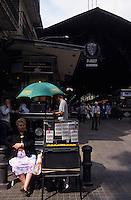 """Europe/Espagne/Catalogne/Barcelone : Marché """"La Boqueria"""" - Vendeuse de billets de loterie"""