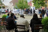 Am Montag den 13. Mai 2013 wurden drei polnische Saisonarbeiter in Kremmener Ortsteil Staffelde von Einwohnern als vermeintliche Einbrecher verfolgt, geschlagen, gefesselt und verschleppt. Auch nach dem die Frau dem Einbruchhaus den Verfolgern mitteilte, dass die Vertragsarbeiter nicht die Einbrecher seien, liessen die Maenner nicht von ihren Opfern ab. Der Buergermeister der Gemeinde Kremmen und die Stadtverordneten verurteilten den Angriff auf die Polen als rassistische Tat.<br />Am Dienstag den 21. Mai 2013 kamen Mitglieder antirassistischer Gruppen und Fluechtlinge aus Berlin nach Kremmen um mit einer Kundgebung ihren Unmut ueber diese rassistische Tat zum Ausdruck zu bringen.<br />Im Bild: Die Demonstranten aus Berlin auf dem Marktplatz werden von einem Cafe aus betrachtet.<br />21.5.2013, Kremmen<br />Copyright: Christian-Ditsch.de<br />[Inhaltsveraendernde Manipulation des Fotos nur nach ausdruecklicher Genehmigung des Fotografen. Vereinbarungen ueber Abtretung von Persoenlichkeitsrechten/Model Release der abgebildeten Person/Personen liegen nicht vor. NO MODEL RELEASE! Don't publish without copyright Christian-Ditsch.de, Veroeffentlichung nur mit Fotografennennung, sowie gegen Honorar, MwSt. und Beleg. Konto:, I N G - D i B a, IBAN DE58500105175400192269, BIC INGDDEFFXXX, Kontakt: post@christian-ditsch.de<br />Urhebervermerk wird gemaess Paragraph 13 UHG verlangt.]