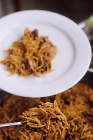 Europe/Espagne/Catalogne/Barcelone : Service de la fideua (paella aux vermicelles)