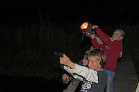 Kinder bei nächtlicher Fledermaus-Exkursion, Nachtwanderung mit Taschenlampe und Fledermaus-Detektor, Fledermausdetektor, Detektor, Fledermaus, Fledermäuse, Exkursion, Nachtwanderung