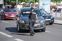 Ein Polizeibeamter bei einer Verkehrskontrolle. Kontrolliert werden alle Verkehrsteilnehmer, bei denen Verstoesse gegen die Strassenverkehrsordnung wie Handybenutzung waehrend der Fahrt, abgelaufene Kurzzeitkennzeichen oder fahren ohne Gurt festgestellt wurden.<br /> 8.6.2016, Berlin<br /> Copyright: Christian-Ditsch.de<br /> [Inhaltsveraendernde Manipulation des Fotos nur nach ausdruecklicher Genehmigung des Fotografen. Vereinbarungen ueber Abtretung von Persoenlichkeitsrechten/Model Release der abgebildeten Person/Personen liegen nicht vor. NO MODEL RELEASE! Nur fuer Redaktionelle Zwecke. Don't publish without copyright Christian-Ditsch.de, Veroeffentlichung nur mit Fotografennennung, sowie gegen Honorar, MwSt. und Beleg. Konto: I N G - D i B a, IBAN DE58500105175400192269, BIC INGDDEFFXXX, Kontakt: post@christian-ditsch.de<br /> Bei der Bearbeitung der Dateiinformationen darf die Urheberkennzeichnung in den EXIF- und  IPTC-Daten nicht entfernt werden, diese sind in digitalen Medien nach §95c UrhG rechtlich geschuetzt. Der Urhebervermerk wird gemaess §13 UrhG verlangt.]