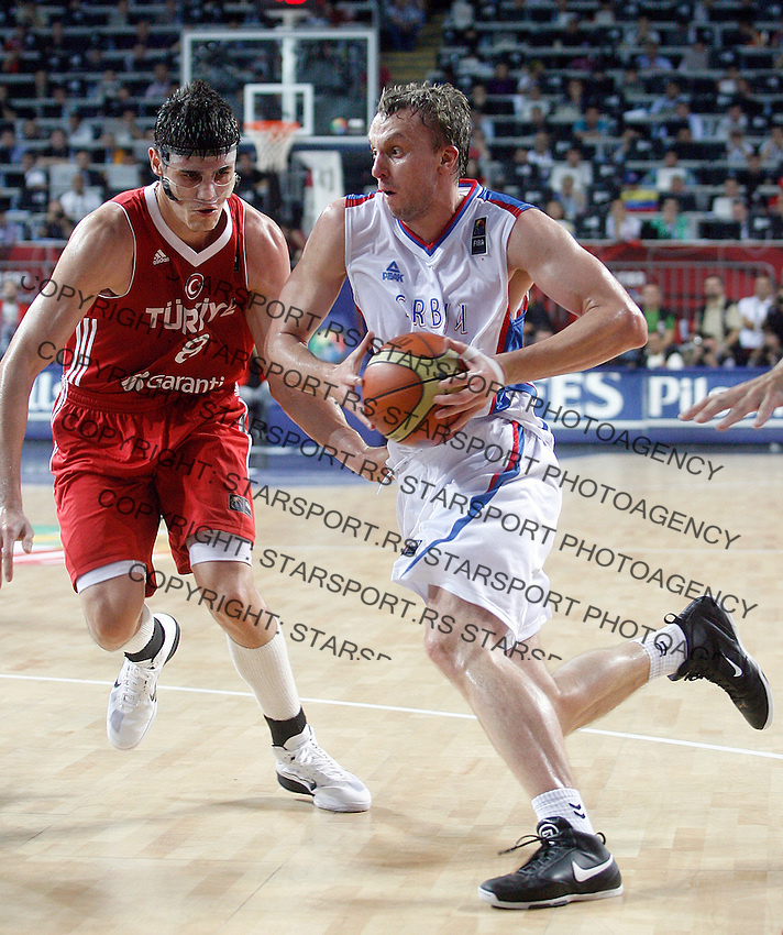 Dusko SAVANOVIC (Serbia)  passes Ersan ILYASOVA (Turkey) during the semi-final World championship basketball match against Turkey in Istanbul, Serbia-Turkey, Turkey on Saturday, Sep. 11, 2010. (Novak Djurovic/Starsportphoto.com) .