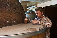 Europe/France/Nord-Pas-de-Calais/59/Nord/Bailleul: A la Ferme Brasserie Beck Dany Beck surveille la fermentation de la bière: Hommelpap