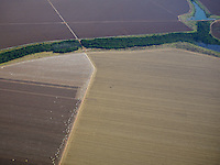 Grandes plantações de soja, milho e algodão cercam o Parque Indígena do Xingu (PIX) .<br /> Habitados pelas etnias Aweti, Ikpeng, Kaiabi, Kalapalo, Kamaiurá, Kĩsêdjê, Kuikuro, Matipu, Mehinako, Nahukuá, Naruvotu, Wauja, Tapayuna, Trumai, Yudja, Yawalapiti, o parque ocupa área de 2.642.003 hectares na região nordeste do Estado do Mato Grosso, <br /> De acordo com o IMEA - Instituto Mato-Grossense de Economia Agropecuária declarou último dia 7 de agosto de 2015 no informativo 365 divulgou dados novos das safras de soja em MT com a safra 14/15<br /> consolidando-se com mais um ano de área e produção recordes. Por meio do método de Sensoriamento Remoto<br /> a nova área de 9,01 milhões de hectares apresenta-se 6,8% acima da área da safra 13/14. A produtividade já<br /> consolidada de 51,9 sc/ha elevou a produção para 28,08 milhões de toneladas. Os novos dados da safra 15/16<br /> aumentaram ainda mais a expectativa de safra recorde já esperada no último relatório. A nova área de 9,2 milhões<br /> de hectares baseia-se na conversão de área de pastagem em agricultura observada há algumas safras. A<br /> continuidade de investimento em tecnologia da nova safra eleva a projeção de produtividade para 52,6 sc/ha,<br /> refletindo sobre a produção que deve bater um novo recorde em 2016, de 29 milhões de toneladas. Apesar do<br /> crescimento contínuo, a nova temporada deve atingir o menor avanço da produção desde a safra 10/11. <br /> Querência, Mato Grosso, Brasil.<br /> Foto Eric Stoner<br /> 24 e 25 de 07/2015