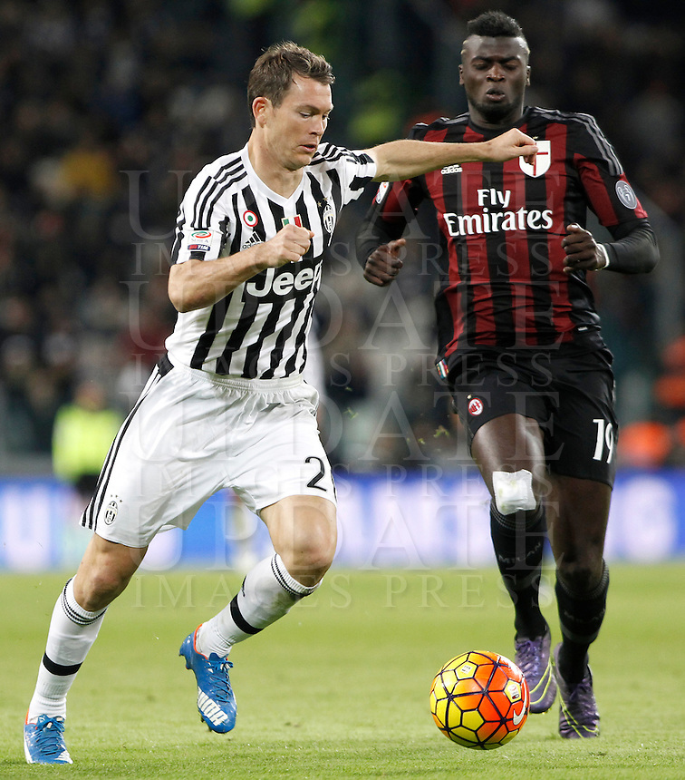 Calcio, Serie A: Juventus vs Milan. Torino, Juventus Stadium, 21 novembre 2015. <br /> Juventus' Stephan Lichsteiner, left, is challenged by AC Milan's M'Baye Niang during the Italian Serie A football match between Juventus and AC Milan at Turin's Juventus stadium, 21 November 2015. Juventus won 1-0.<br /> UPDATE IMAGES PRESS/Isabella Bonotto