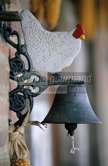 Europe/France/Bourgogne/Saône-et-Loire/env de Louhans: détail Cloche chez Mr Didier Grandjean éleveur de poulets de Bresse AOC