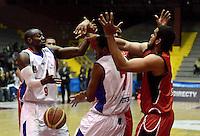 BOGOTÁ -COLOMBIA. 16-08-2013. Emiro Romero B (C) y Adinson Mosquera (I) de Guerreros de Bogotá va por un balón perdido contra Jose Baquero (D) de Halcones de Cúcuta durante partido válido por la fecha 1 de la Liga DirecTV de Baloncesto 2013-II de Colombia realizado en el coliseo El Salitre de Bogotá./ Emiro Romero B (C) and Adinson Mosquera (L) of Guerreros de Bogota goes for a loose ball against Halcones de Cucuta player Jose Baquero (R) during match valid for the 1th date of DirecTV Basketball League 2013-II in Colombia at El Salitre coliseum in Bogota. Photo: VizzorImage / Gabriel Aponte/ Str