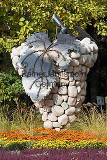 Italien, Suedtirol, Meran: riesige Weintraube aus Stein an der Kurpromenade | Italy, South-Tyrol, Alto Adige, Merano: huge grapes made of stone at Spa Promenade