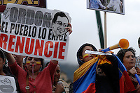 BOGOTÁ -COLOMBIA. 13-12-2013. Seguidores del destituido alcalde de Bogotá, Gustavo Petro, se reunen en la Plaza de Bolívar hoy 13 de dicienbre, frente al Palacio de Liévano para rechazar la decisión de la procuraduría General de la Nacion que deja a la capital de Colombia sin gobernante./ Supporters of removed mayor of Bogota, Gustavo Petro, gathered at Bolivar square today  December 13, in front of Lievano Palace to protest for the decision of the General Attorney of Nation thet let thecolombian capital without mayor. Photo: VizzorImage/Gabriel Aponte/ Str