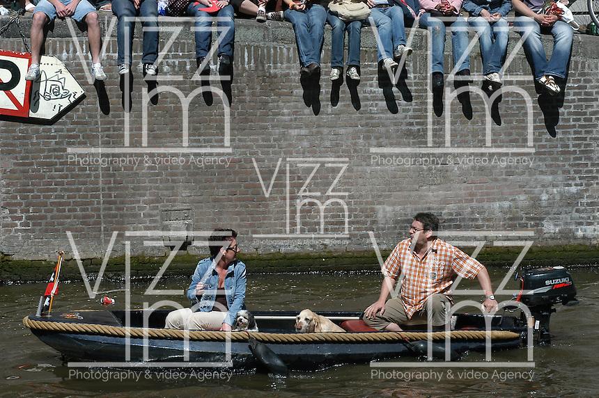AMSTERDAM-HOLANDA- Botes navegando por los canales de agua de la ciudad durante el día de la Reina./ Boats sailing the waterways during the Queen's day.   Photo: VizzorImage/STR