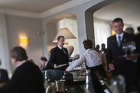 Europe/France/Provence-Alpes-Côte d'Azur/06/Alpes-Maritimes/Grasse: Jacques Chibois,  La Bastide Saint-Antoine - le service en salle [Non destiné à un usage publicitaire - Not intended for an advertising use]