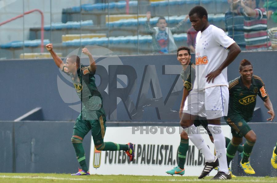 ATENÇÃO EDITOR: FOTO EMBARGADA PARA VEÍCULOS INTERNACIONAIS - BARUERI, SP, 19 DE JANEIRO DE 2013 - COPA SÃO PAULO DE FUTEBOL JUNIOR - PALMEIRAS x CRUZEIRO: Fernando comemora gol durante partida Palmeiras x Cruzeiro, válida pelas quartas de final da Copa São Paulo de Futebol Junior, disputado na Arena Barueri. FOTO: LEVI BIANCO - BRAZIL PHOTO PRESS