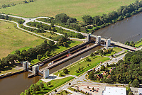 Doppelschleuse Geesthacht: EUROPA, DEUTSCHLAND, SCHLESWIG- HOLSTEIN, GEESTHACHT, (GERMANY), 01.09.2021: Schleusenkanal Geesthacht  mit einer Doppelschleuse. Die beiden Schleusenkammern mit einer Laenge von 230 Metern und einer Breite von 25 Metern fassen jeweils vier Großmotorschiffe oder einen entsprechenden Schubverband. Die 4 Hubtore werden elektromechanisch und durch Gegengewichte in den Schleusentuermen mit geringem Kraftaufwand bewegt.
