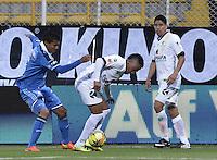 BOGOTÁ -COLOMBIA, 26-07-2014. Yonni Hinestrosa (Der) jugador de La Equidad disputa el balón con Luis Mosquera (Izq) jugador de Millonarios durante partido por la fecha 2 de la Liga Postobón II 2014 jugado en el estadio Metropolitano de Techo de la ciudad de Bogotá./ Yonni Hinestrosa (R) player of La Equidad fights the ball with Luis Mosquera (L) player of Millonarios for the second date of the Postobon League II 2014 played at Metropolitano de Techo stadium in Bogotá city. Photo: VizzorImage/ Gabriel Aponte / Staff