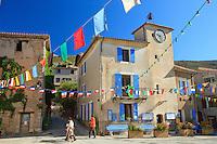 France, Alpes-de-Haute-Provence (04), Rougon, commune du parc naturel régional du Verdon, la place du village // France, Alpes de Haute Provence, Parc Naturel Regional du Verdon (Natural Regional Park of Verdon), the square of the village