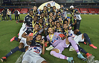 CALI - COLOMBIA, 11-09-2020: Jugadores del Junior levantan el trofeo para celebrar como campeones de la SuperLiga Águila 2020 después del partido de vuelta entre América Cali y Atlético Cali jugado en el estadio Pascual Guerrero de la ciudad de Cali. / Players of Junior lift the trophy to celebrate as champions of SuperLiga Aguila 2020 after a second leg match between America de Cali and Atletico Junior played at Pascual Guerrero stadium in Cali. Photo: VizzorImage / Gabriel Aponte / Staff