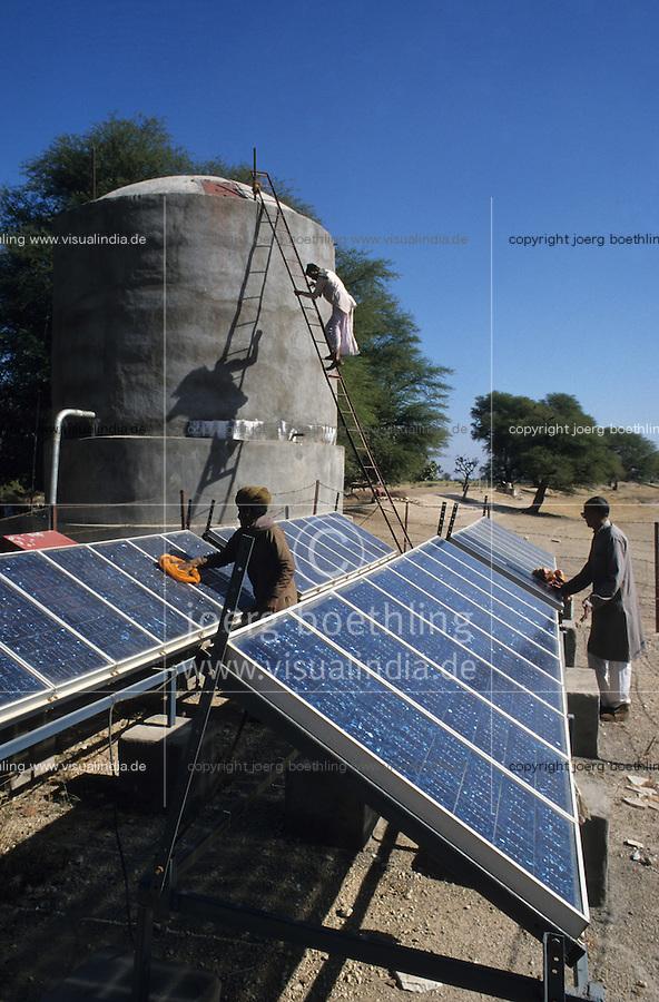 INDIA Rajasthan Tilonia, farm with solar powered water pump, water tank / INDIEN Farm mit solar betriebener Wasserpumpe, Wassertank