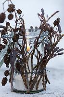 Windlicht, Windlichter, Waldlicht, Waldlichter, Wind-Licht, Wind-Lichter, ein Glas wird von außen mit Stöckchen, Ästchen, Ästen dekoriert. Im Glas steht und brennt windgeschützt eine Kerze, Bastelei mit Naturmaterialien