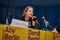 """Pressekonferenz der Initiative """"Deutsche Wohnen und Co. enteignen"""" am Montag den 27. September 2021 in Berlin zum Wahlergebnis der Volksabstimmung, bei der 56,4% (1.034.709 Stimmen) der abgegebenen Stimmen sich fuer eine Vergesellschaftung der grossen Immobilienkonzerne wie Deutsche Wohnen oder Vonovia ausgesprochen haben. Nur 39% (715.214 Stimmen) stimmten dagegen.<br /> Im Bild vlnr.: Jenny Stupka, eine der Sprecherinnen und Mitglied des Presseteam der Kampagne.<br /> 27.9.2021, Berlin<br /> Copyright: Christian-Ditsch.de"""