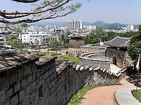 Seobukgongsimdon-Pavillon und Nordtor Hwaseomun der Festung von Suwon, Provinz Gyeonggi-do, Südkorea, Asien, Unesco-Weltkulturerbe<br /> pavilion Seobukgongsimdon and northgate Hwaseomun of fortress Hwaseong, Suwon, Province Gyeonggi-do, South Korea Asia, UNESCO World-heritage