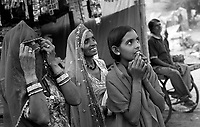 11.2008  Pushkar (Rajasthan)<br /> <br /> Women watching merry-go-round during the annual fair.<br /> <br /> Femmes regardant le manège pendant la foire annuelle.