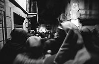 Storico Carnevale di Ivrea, il rituale di origine medioevale della bruciatura dello scarlo. Persone con indosso il tradizionale Berretto Frigio attraversano le strette vie del paese --- Historic Carnival of Ivrea, the medieval ritual of burning of the Scarlo. People wearing the traditional Phrygian cap walk through the narrow streets of the town