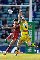 22nd May 2021; Twickenham, London, England; European Rugby Champions Cup Final, La Rochelle versus Toulouse; Tawera Kerr Barlow of La Rochelle attempts to block the kick by Romain Ntamack of Toulouse