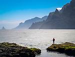Spanien, Kanarische Inseln, Teneriffa, Punta del Hidalgo: Angler am Playa de los Troches   Spain, Canary Islands, Tenerife, Punta del Hidalgo: fisherman at Playa de los Troches