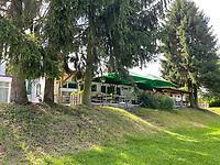 """Höher gelegener Biergarten der Gaststätte """"Fuchsbau"""" am Bootshaus in Stockstadt  am Erfelder Altrhein - Suedhessen 15.07.2021: Hochwasser am Rhein des sueshessischen Ried"""