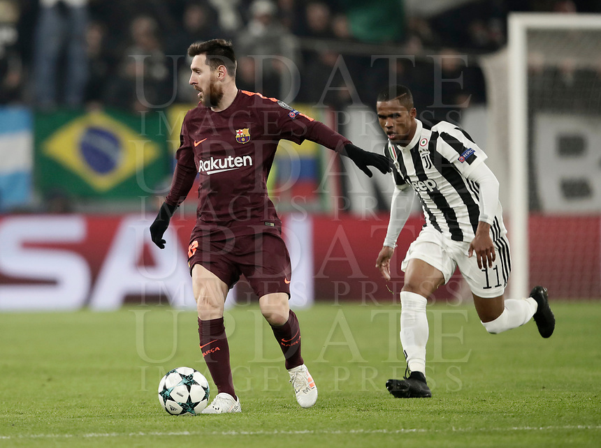 Football Soccer: UEFA Champions League Juventus vs FC Barcelona Allianz Stadium. Turin, Italy, November 22, 2017. <br /> FC Barcelona's Lionel Messi (l) in action with Juventus' Douglas Costa (r) during the Uefa Champions League football soccer match between Juventus and FC Barcelona at Allianz Stadium in Turin, November 22, 2017.<br /> UPDATE IMAGES PRESS/Isabella Bonotto