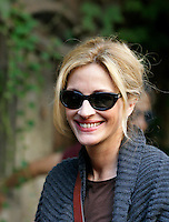 """L'attrice statunitense Julia Roberts sul set del film """"Mangia, Prega, Ama"""", a Roma, 27 agosto 2009..U.S. actress Julia Roberts smiles during a pause of the shooting of the movie """"Eat, Pray, Love"""", in downtown Rome, 27 August 2009. .UPDATE IMAGES PRESS/Riccardo De Luca"""