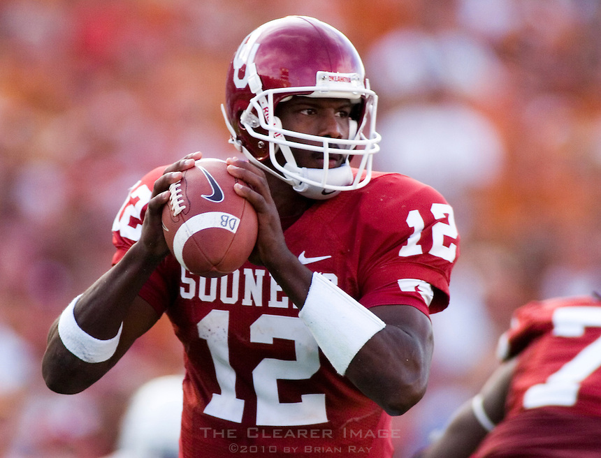 07 October 2006: Oklahoma quarterback Paul Thompson looks for an open receiver during the Sooners 28-10 loss to the University of Texas Longhorns at the Cotton Bowl in Dallas, TX.