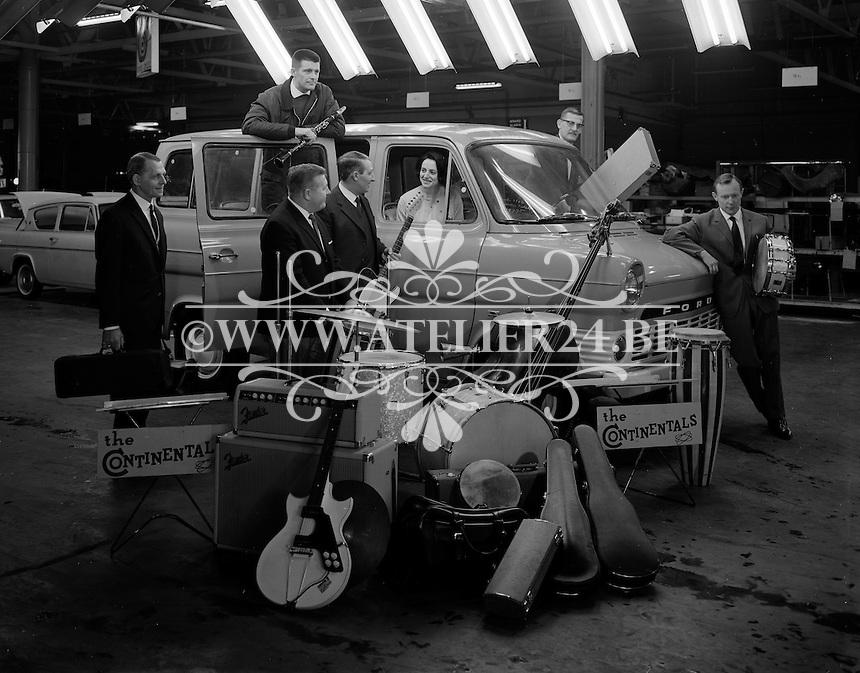 Maart 1966. Muziekgroep The Continentals met een Ford bestelwagen.