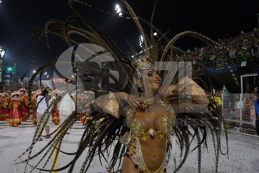 """SÃO PAULO, SP, 12 DE JANEIRO DE 2010 - CARNAVAL 2010 SP / MANCHA VERDE - Desfile das escolas de samba de São Paulo do grupo especial, a quarta escola entrar na avenida é a Mancha que traz no enredo Aos Mestre Com Carinho! Mancha Verde """"Ensina"""" Como Criar Identidade!. No Sambódromo do Anhembi na região norte da capital paulista. (FOTO: VANESSA CARVALHO / BRAZIL PHOTO PRESS"""